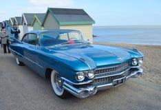 El automóvil azul clásico de Cadillac parqueó en la 'promenade' de la orilla del mar foto de archivo libre de regalías