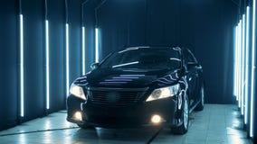 El automóvil brillante negro se está colocando en una gasolinera almacen de metraje de vídeo