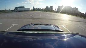 El automóvil compite en raza en cuadrado contra paisaje urbano metrajes