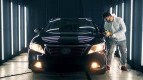 El automóvil de lujo negro está consiguiendo pulido almacen de video