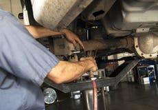 El automóvil frena al mecánico de la reparación Imagen de archivo libre de regalías