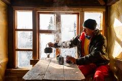 El aventurero está bebiendo el café y el sueño imagen de archivo
