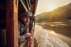 El aventurero mira en la distancia Imagenes de archivo
