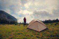 El aventurero se relaja en el campo fotos de archivo libres de regalías