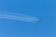 El avión acepilla el cielo de la formación del vuelo Foto de archivo