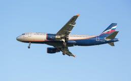 El avión Aeroflot de Airbus A320 de la línea aérea disminuye antes de acercamiento de aterrizaje en el aeropuerto de Sheremetyevo Imagen de archivo libre de regalías
