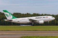 El avión Airbus A310 de Mahan Air está aterrizando en la pista en el aeropuerto Pulkovo Fotografía de archivo libre de regalías