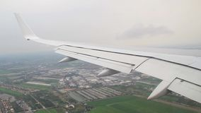 El avión aterriza la visión desde la ventana almacen de video