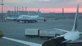 El avión aterrizado va al estacionamiento en el aeropuerto internacional Vnukovo almacen de metraje de vídeo
