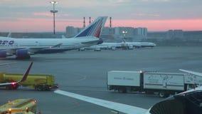 El avión aterrizado va al estacionamiento en el aeropuerto internacional Vnukovo almacen de video