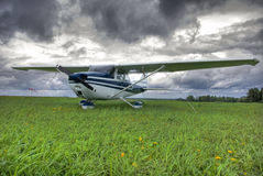 El avión contra tempestad de truenos se nubla el fondo Foto de archivo