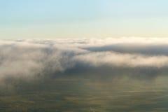 El avión cruza la línea nubes Fotos de archivo libres de regalías