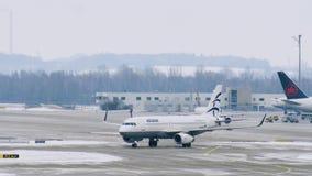 El avión de Aegean Airlines consigue listo para el despegue, aeropuerto de Munich almacen de metraje de vídeo