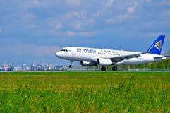 El avión de Air Astana Airbus A320 está montando en la pista después de llegada en el aeropuerto internacional de Pulkovo en St P Fotos de archivo libres de regalías