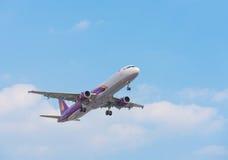 El avión de aire de Camboya Angkor es alrededor aterrizar Imagen de archivo