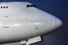 El avión de carga se coloca en la pista en el aeropuerto en la noche con lluvia y espera salida foto de archivo