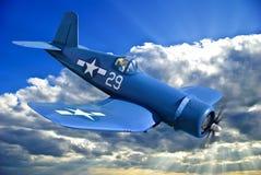 El avión de combate portador-basado americano está volando contra el cielo azul Fotos de archivo libres de regalías