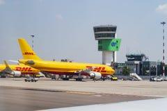 El avión de DHL se está preparando para cargar Aeropuerto de Italia de Cavaraggio en 02 06 2018 fotos de archivo libres de regalías