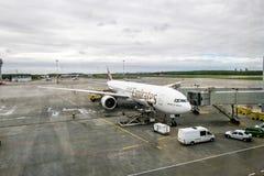 El avión de la línea aérea de los emiratos en el aeropuerto internacional Pulko Fotografía de archivo libre de regalías