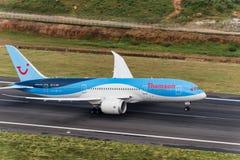 El avión de las vías aéreas de THOMSON saca del aeropuerto de phuket Fotografía de archivo