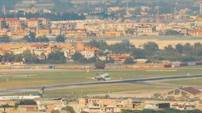 El avión de los aviones de pasajero está aterrizando en el aeropuerto almacen de metraje de vídeo