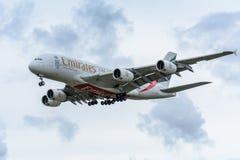 El avión de los emiratos A6-EEW Airbus A380-800 está aterrizando en el aeropuerto de Schiphol Fotografía de archivo libre de regalías