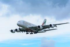 El avión de los emiratos A6-EEW Airbus A380-800 está aterrizando en el aeropuerto de Schiphol Imagen de archivo libre de regalías