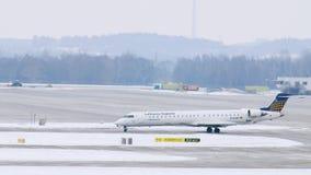 El avión de Lufthansa Regional consigue listo al despegue en el aeropuerto de Munich, Alemania almacen de metraje de vídeo
