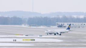 El avión de Lufthansa Regional consigue listo al despegue en el aeropuerto de Munich, Alemania metrajes
