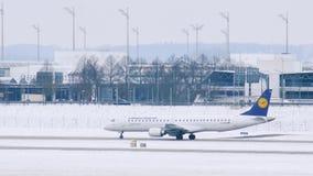 El avión de Lufthansa Regional consigue listo al despegue en el aeropuerto de Munich, Alemania almacen de video