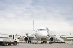 El avión de pasajero está siendo suministrado por el equipo del servicio del aeropuerto Foto de archivo