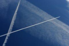 El avión de pasajeros arrastra la travesía en un azul imágenes de archivo libres de regalías