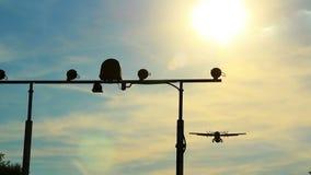 El avión de pasajeros aterriza el vuelo sobre la cámara, posts de la luz de aterrizaje, d3ia almacen de video