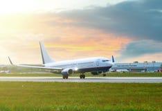 El avión de pasajeros blanco y azul es saca Fotos de archivo libres de regalías