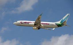 El avión de pasajeros de Caribbean Airlines saca en el cielo azul Foto de archivo libre de regalías