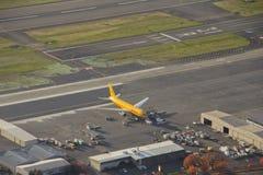 El avión de pasajeros de DHL que espera empuja detrás Foto de archivo