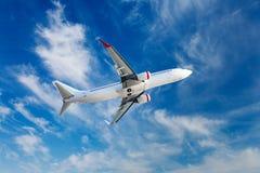 El avión de pasajeros en vuelo Imágenes de archivo libres de regalías