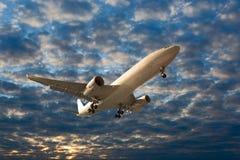 El avión de pasajeros en vuelo Foto de archivo
