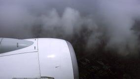 El avión de pasajeros está volando en condiciones atmosféricas malas Fotografía de archivo