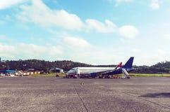 el avión de pasajeros parqueó en el aeropuerto, espera para subir, Fotos de archivo libres de regalías