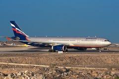 El avión de pasajeros ruso Aeroflot Airbus A330 listo para saca Imagen de archivo