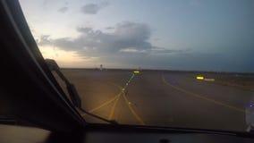 El avión de pasajeros saca del aeropuerto en la salida del sol, la visión desde la carlinga metrajes