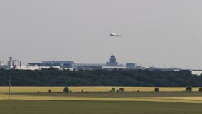 El avión de pasajeros saca del aeropuerto de Praga metrajes