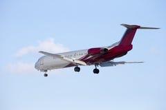 El avión de pasajeros se sienta aislado en un fondo del cielo azul. Foto de archivo