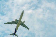 El avión de pasajeros de Thai Airways saca en el aeropuerto de Suvarnabhumi en Tailandia con el cielo azul hermoso y las nubes bl imágenes de archivo libres de regalías