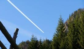 El avión de reacción más forrest de la montaña imagen de archivo