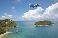 El avión de reacción privado va al aeropuerto Fotos de archivo libres de regalías