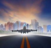 El avión de reacción saca del uso urbano de las pistas del aeropuerto para el transp del aire Fotografía de archivo libre de regalías