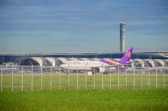 El avión de Thai Airways saca Fotos de archivo