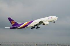 El avión de Thai Airways saca Imágenes de archivo libres de regalías